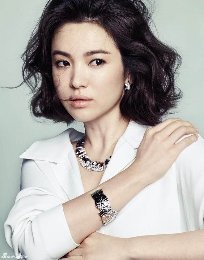 4 năm trở lại đây, Song Hye Kyo dành nhiều nỗ lực để mở rộng hoạt động ở Trung Quốc và chỉ mới giải tỏa cơn khát cho người hâm mộ ở quê nhà bằng bộ phim That Winter The Wind Blows hồi năm ngoái.