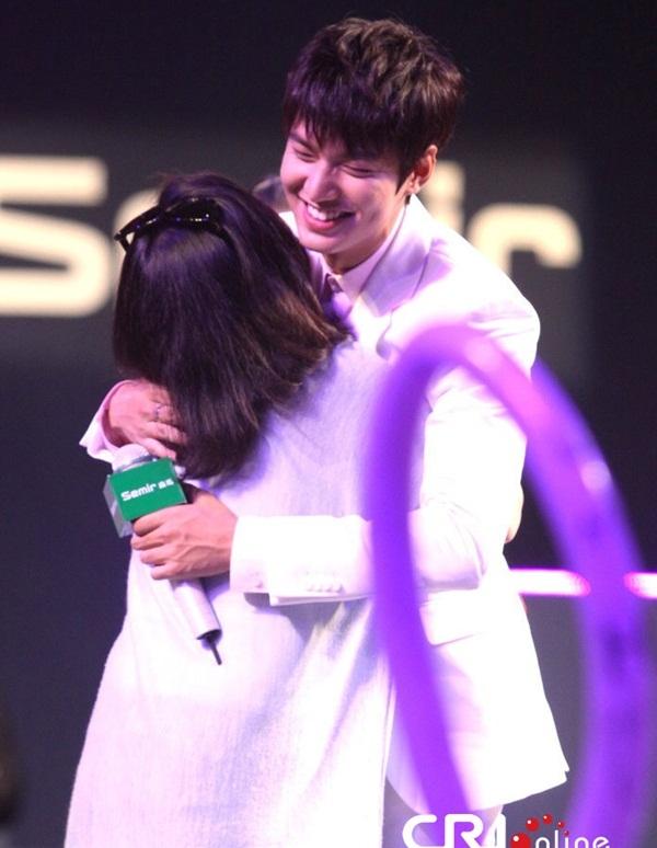 Lee Min Ho thân thiện giao lưu với fan