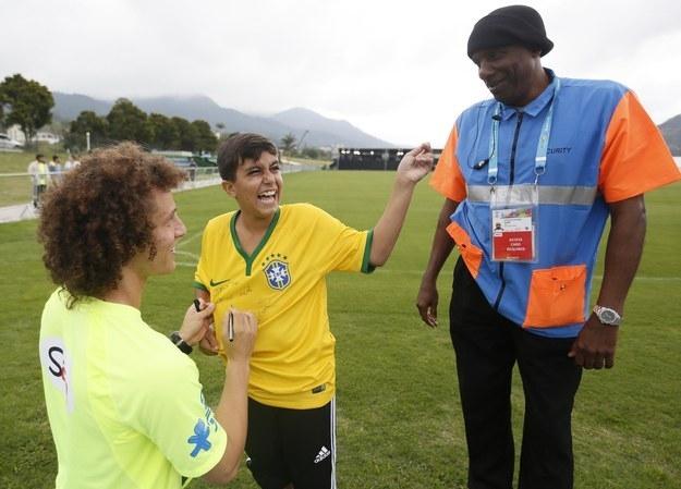 Cậu bé Daniel đột nhập vào sân tập của đội tuyển Brazil và tưởng sẽ nhận được một cái tát trời giáng của bảo vệ, nhưng David Luiz đã nhìn thấy, cho cậu chữ ký và tặng cả một chiếc áo tập