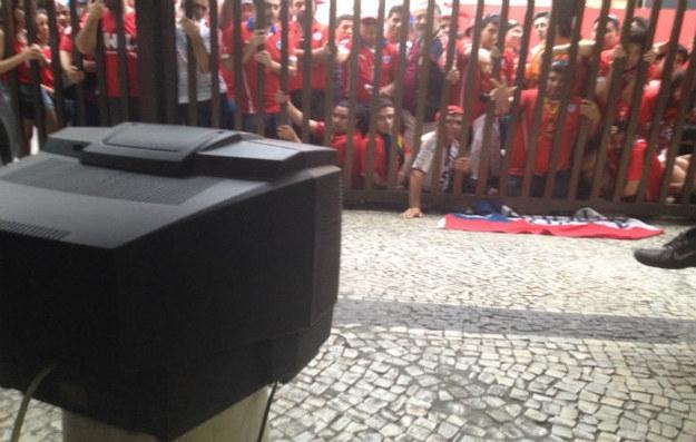 Mặc dù chỉ có 14 inch, nhưng chiếc TV mà ông bảo vệ Luiz Gonzaga của sân Copacabana quay ra phố cho các CĐV Chile không có vé vào cửa xem trận gặp Tây Ban Nha, dường như còn giá trị hơn một màn hình 300 inch.