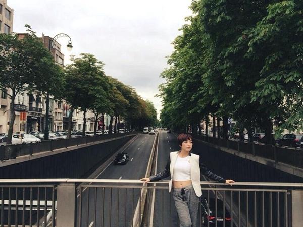 Tiêu Châu Như Quỳnh khoe vòng eo con kiến tại đường phố Pháp