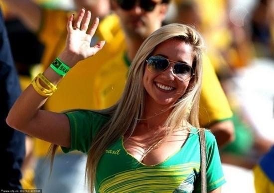 """Nhan sắc của nữ cổ động viên Brazil khiến hàng triệu đàn ông phải """"cảm nắng"""""""