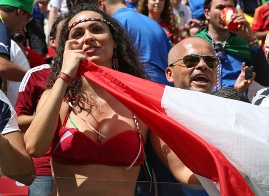 Fan nữ bốc lửa Italy đốt cháy khán đài World Cup.