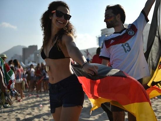Fan tuyển Đức nhảy múa trên bãi biển