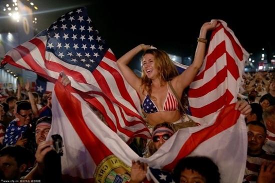 Cổ động viên Mỹ lúc nào cũng sexy và cuồng nhiệt.