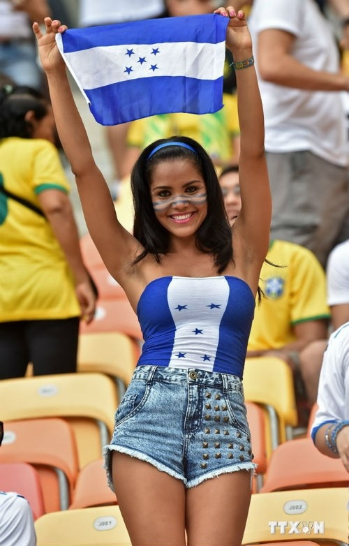 Bóng hồng Honduras cuồng nhiệt cổ vũ đội nhà. Nét đẹp châu Á khó quên của fan nữ Nhật Bản.