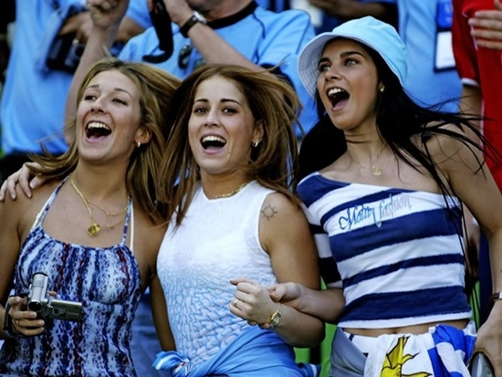 Dàn cổ động viên xinh xắn của Uruguay.