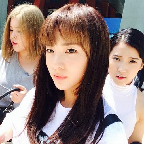 Dara khoe hình cùng em gái stylist đi chơi ở Singapore. Cô nàng để mái ngắn cực trẻ và dễ thương
