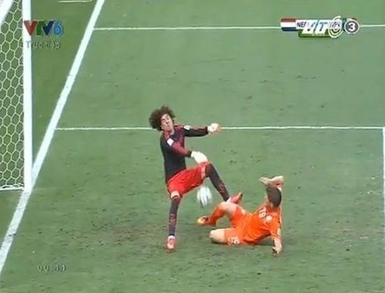 Thủ môn Ocha của Mexico nhiều lần khiến các chân sút Hà Lan khóc hận.