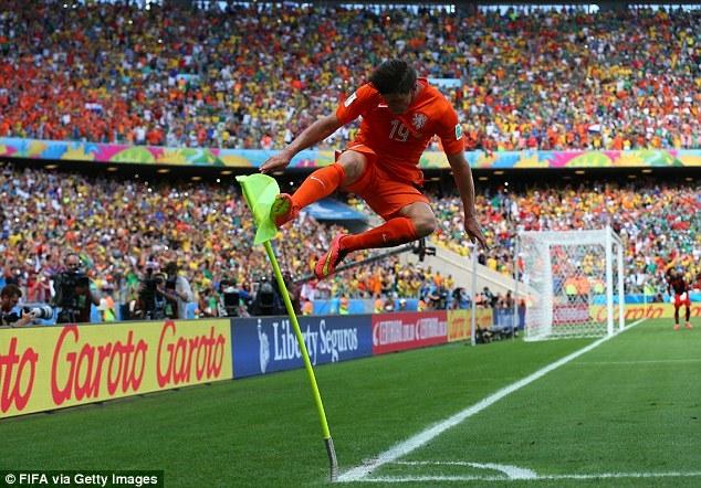 Màn ăn mừng của Hunterlaar sau khi ghi bàn vào lưới Ochoa