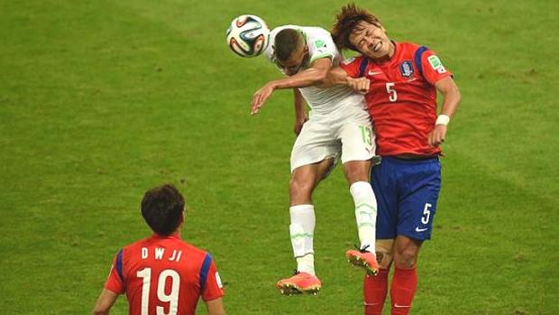 Xem ảnh trên, có thể nghĩ môn Taekwondo không có đòn cùi trỏ. Xem ảnh chụp pha tranh bóng này, lại có thể tin là có.