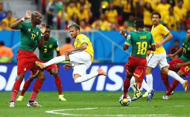 Có vẻ như cú đá của tuyển thủ Neymar không nhằm vào bóng