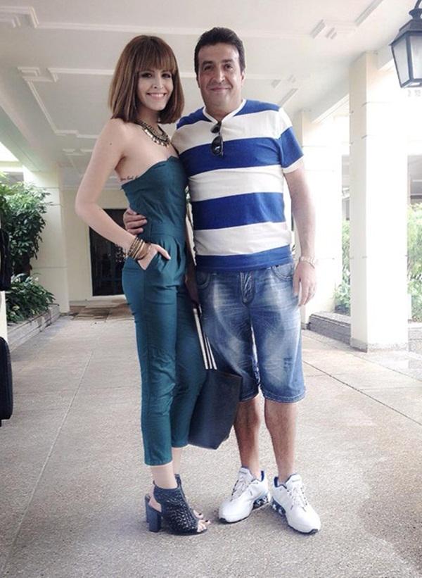 Andrea hạnh phúc khoe ảnh chụp chung với bố, theo cô nàng chân dài tự nhận xét thì hai bố con có những nét rất giống nhau.