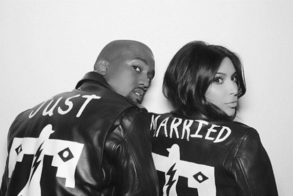 """Kim và Kanye đã tìm thấy chiếc áo dành riêng cho chính họ khi có dòng chữ """"Just Married"""". Chiếc áo Jacket như là một phần trong câu chuyện tình yêu tuyệt đẹp của họ."""