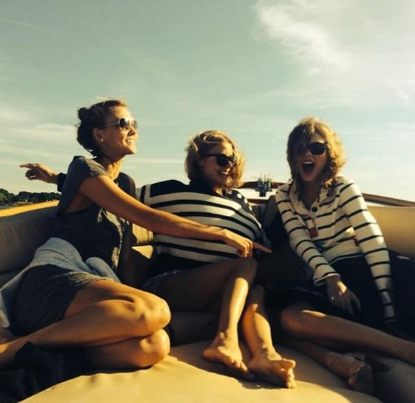 Taylor Swift đang có chuyến đi tới các vùng biển cùng những người bạn thân của mình.