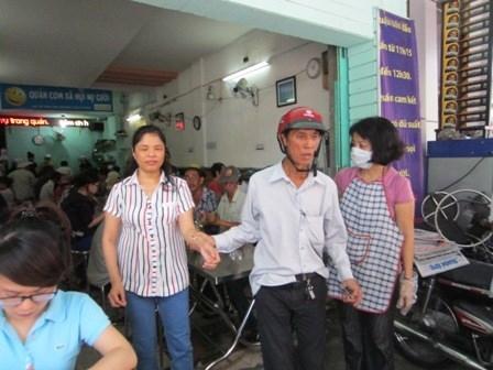 Chuyện lạ giữa Sài Gòn: Suất cơm bằng cốc trà đá, no, sạch, ngon