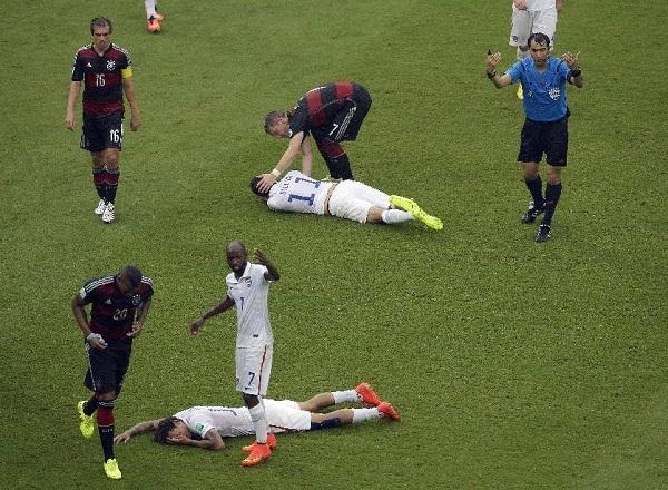 Hai cầu thủ đội tuyển Mỹ, Jermaine Jones và Alejandro Bedoya đã va đầu vào nhau ở trận đội tuyển Đức