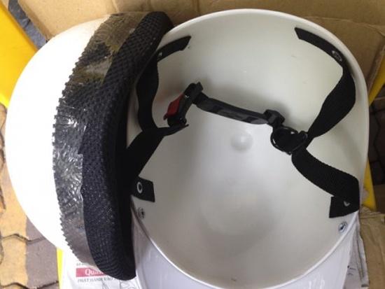 Với mũ kém chất lượng, lớp xốp phía trong dễ dàng tháo rời khỏi mũ.(Ảnh minh họa)