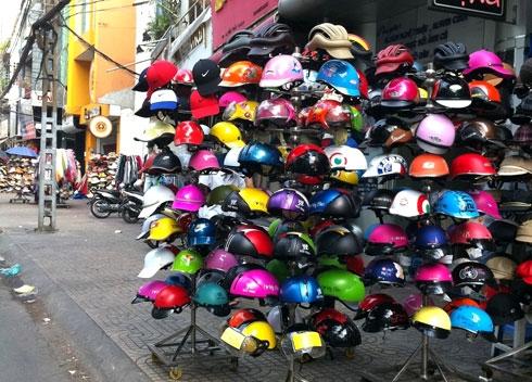 Những mũ bảo hiểm được bày bán tràn lan ngoài đường. (Ảnh minh họa)
