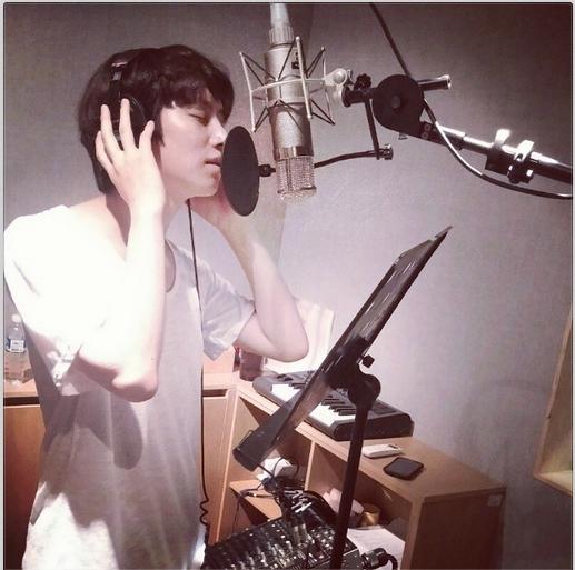 Heechul khoe hình trong phòng thu đang chuẩn bị album mới cho Super Junior