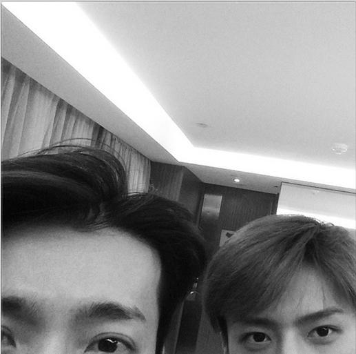 Trong khi đó, Sehun cũng bắt chước Donghae khoe hình chụp cùng nhau và chúc các fan ngủ ngon