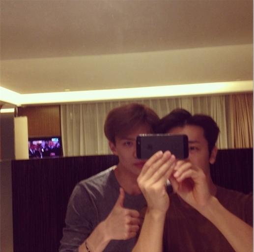 Donghae khoe hình chụp cùng Sehun và chúc các fan ngủ ngon