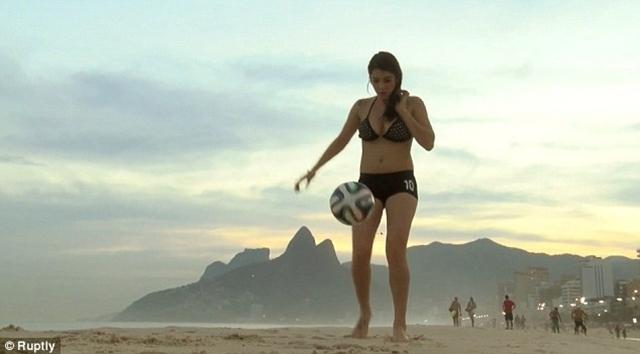 Kỹ năng của Fiorella Castillo không thua kém các cầu thủ chuyên nghiệp