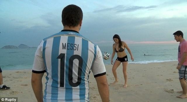 Một CĐV hâm mộ Lionel Messi xem Fiorella Castillo trình diễn