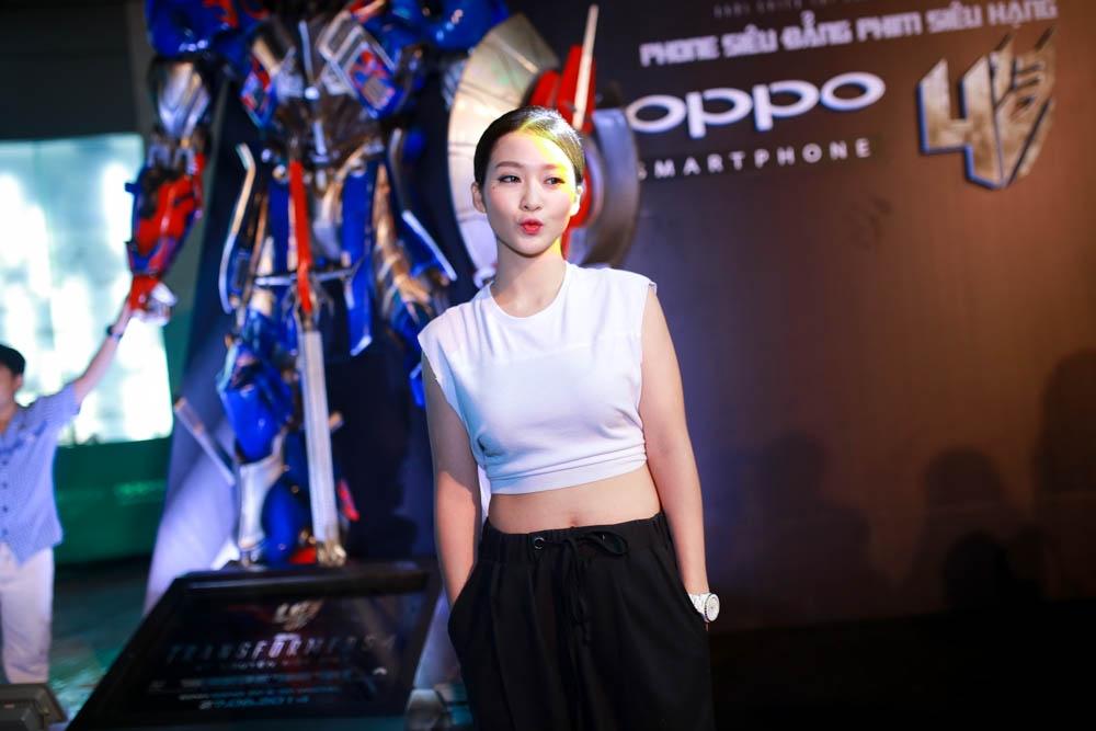 Hot girl Khả Ngân khoe eo thon với trang phục khỏe khoắn, năng động.