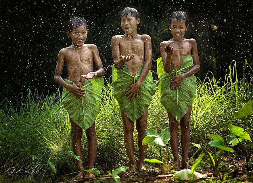 Lặng người với bộ ảnh Tuổi thơ trẻ em thế giới chơi gì