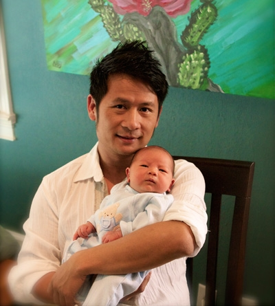 Bằng Kiều bế Kenzi trên tay ngày bé vừa chào đời cách đây 3 năm - Tin sao Viet - Tin tuc sao Viet - Scandal sao Viet - Tin tuc cua Sao - Tin cua Sao