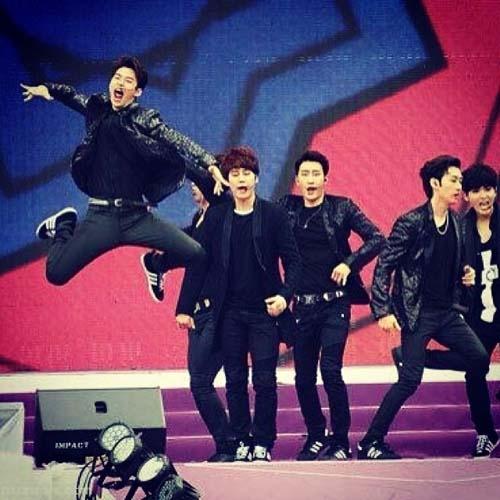 """Henry khoe hình đang diễn cùng Super Junior với nội dung: """"Tôi tin tôi có thể bay được , tôi tin tôi có thể chạn vào bầu trời"""""""