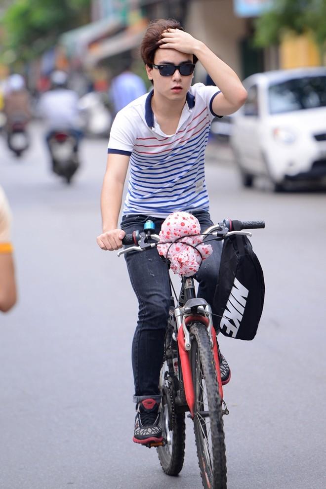 Một sĩ tử khác có gương mặt rất tài tử điện ảnh đi xe đạp thể thao đến trường dự thi.