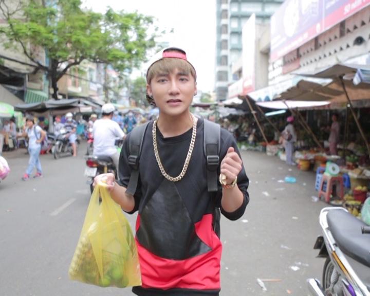 """Do không rành về đường xá tại TP HCM nên Sơn Tùng đã bị Gil Lê cho """"ăn thịt lừa"""" khi tìm đường vào khu bán thực phẩm"""