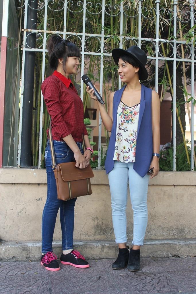 VJ Thùy Minh chọn lựa hai bạn khán giả nữ một cách ngẫu nhiên.
