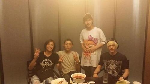 Jungshin (CN Blue) khoe hình cùng những người bạn của anh