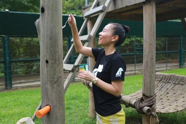 Tổ chức Động vật Châu Á đã mời vợ chồng ca sỹ Thu Minh trở thành những người chăm sóc gấu trong một ngày. - Tin sao Viet - Tin tuc sao Viet - Scandal sao Viet - Tin tuc cua Sao - Tin cua Sao