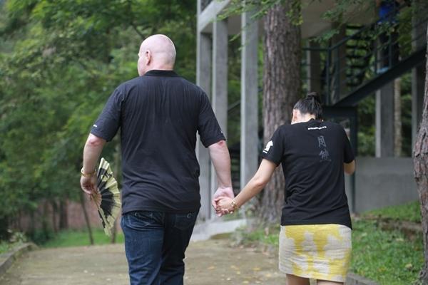 Thu Minh cùng ông xã trải nghiệm công việc chăm sóc gấu - Tin sao Viet - Tin tuc sao Viet - Scandal sao Viet - Tin tuc cua Sao - Tin cua Sao