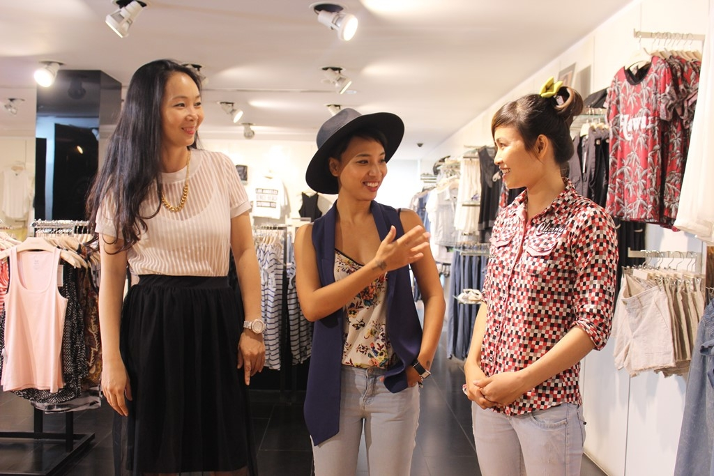 VJ Thùy Minh cùng các chuyên gia làm đẹp của chương trình đã tu vấn cũng như lựa chọn các bộ trang phục thích hợp hơn cho mùa hè phù hợp với hai bạn khán giả.