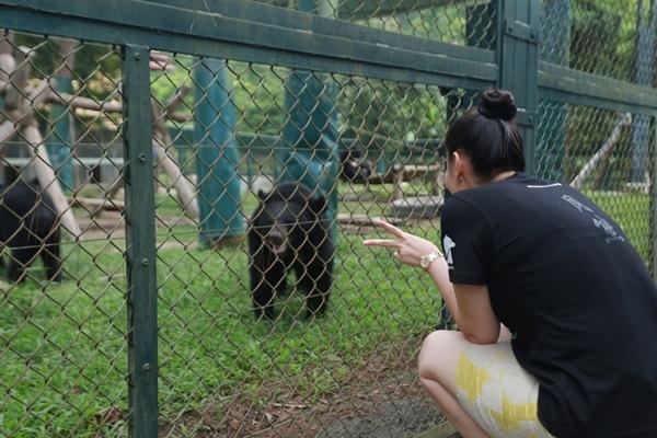 Đôi khi côcòn đùa giỡn với những chú gấu trông rất là đáng yêu. - Tin sao Viet - Tin tuc sao Viet - Scandal sao Viet - Tin tuc cua Sao - Tin cua Sao