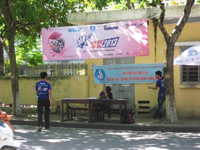 Sinh viên tiếp sức mùa thi tại Huế.