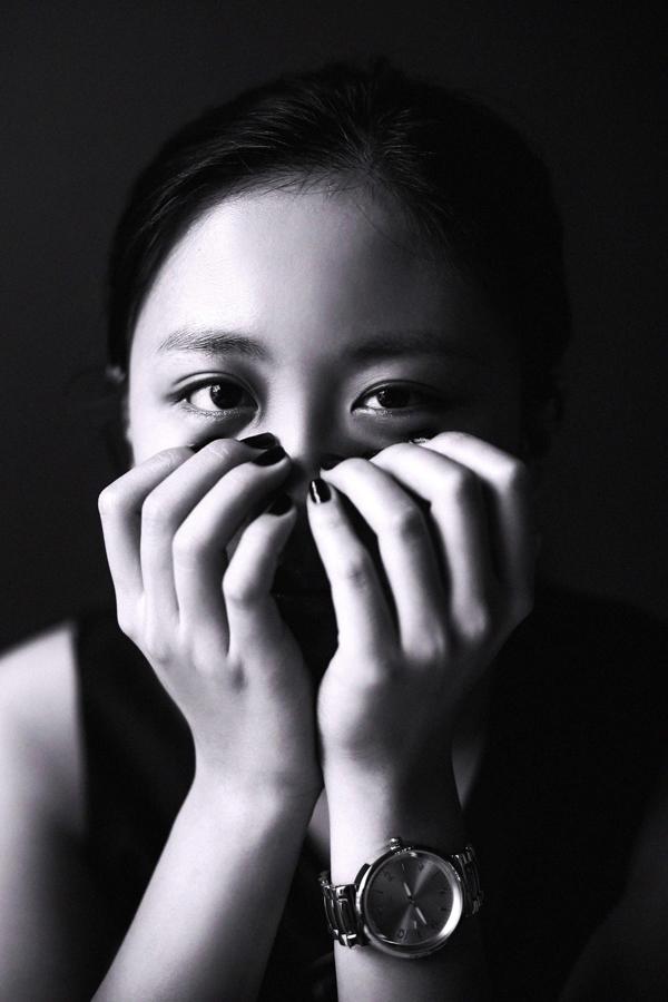 """Đây là bộ ảnh Rocker Nguyễn chụp cho Văn Mai Hương trong dự án """"Mưa Sài Gòn"""", cùng với chân dung nhiều người bạn thân thiết. Rocker muốn nhấn mạnh vào thần thái và khoảnh khắc của tuổi thanh xuân trong những cơn mưa chiều Sài Gòn. - Tin sao Viet - Tin tuc sao Viet - Scandal sao Viet - Tin tuc cua Sao - Tin cua Sao"""