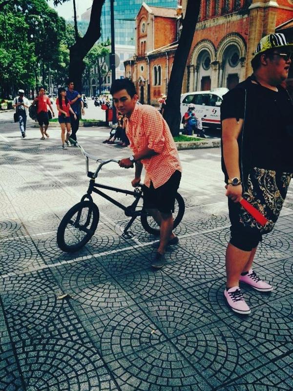 """Mới đây, Hoài Lâm vừa đăng tải loạt ảnh """"lanh chanh"""" đạp xe trên vỉa hè đã khiến các fan vô cùng thích thú."""