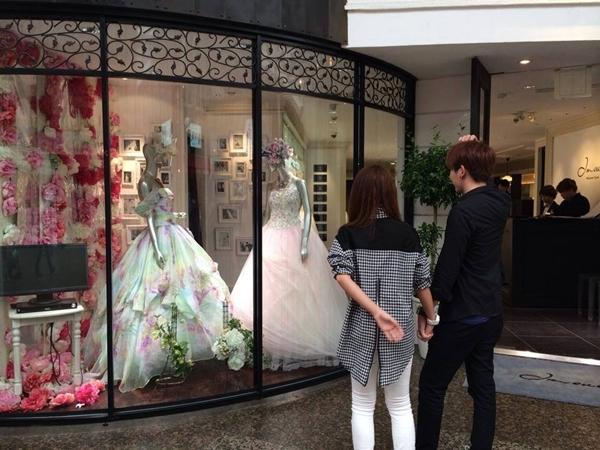 """Có mặt cùng nhau trong chuyến lưu diễn tại Nhật, Khởi My và """"bạn trai tin đồn"""" Kelvin Khánh luôn """"dính nhau như sam"""". Những hình ảnh thân mật và tình cảm giữa 2 người trong những ngày qua càng làm cho fan của cả hai có đủ cơ sở để tin rằng mối quan hệ của họ đang trên mức tình cảm chị em thông thường. Mới nhất, vô tình một bạn đã chụp được hình ảnh Khởi My và Kelvin Khánh đang hạnh phúc nắm chặt tay nhau, đứng trước tại một cửa tiệm áo cưới. Họ ngắm say mê những chiếc áo cưới lộng lẫy đang được trưng bày trong tiệm. Phải chăng, sau bao nhiêu lần chối từ về mối quan hệ, giờ đây, cả hai đã có dấu hiệu muốn công khai cho mọi người và hơn nữa là đang nghĩ về một tương lại tươi đẹp, về """"ngôi nhà và những đứa trẻ"""". Có lẽ đây sẽ là tin vui không chỉ của 2 ca sĩ mà còn làm cho fan của cả hai cực kì sung sướng."""