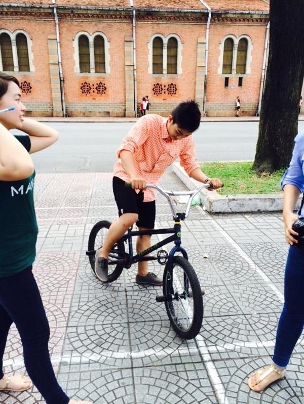 Hình ảnh Hoài Lâm hớn hở điều khiển chiếc xe đạp thể thao cùng với những biểu cảm đáng yêu trên gương mặt cũng đủ làm cho các fan nữ xiêu lòng.