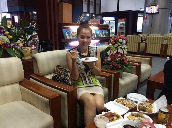 """Thu Minh chụp hình bên cạnh một chiếc bàn với ê hề đồ ăn. Nữ ca sĩ""""Đường cong"""" cảm thấy vô cùng hạnh phúc trước món quà đầy đủ dinh dưỡng mà các bạn fan đã dành tặng cho mình. Thu Minh còn hớn hở đùa rằng là sẽ cố gắng ăn cho hết chỗ đồ ăn này trước khi """"lăn"""" về Sài Gòn."""