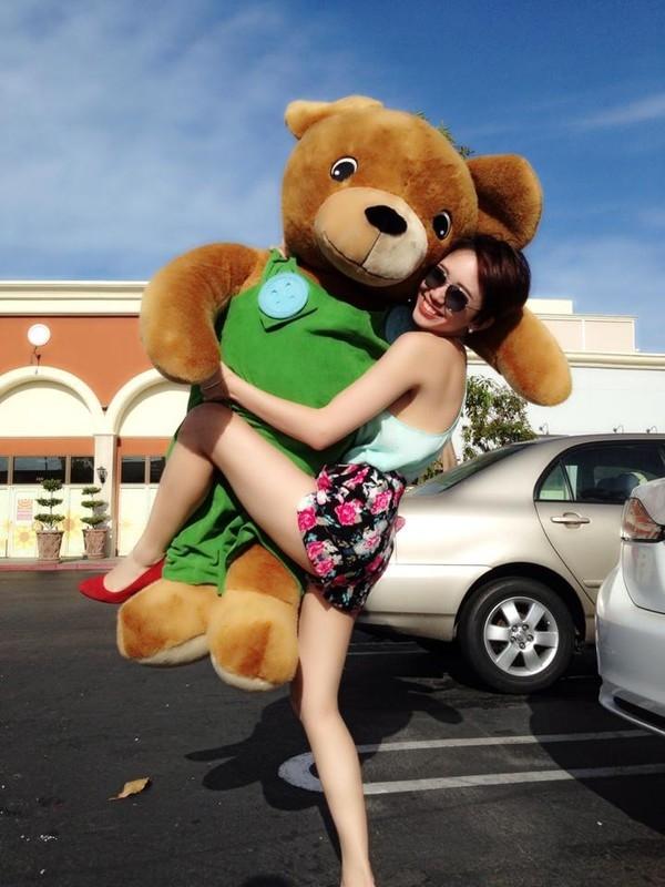 """Tóc Tiên nhỏ bé bên chú gấu bông siêu bự. Cô nàng hớn hở đùa rằng: """"Phải yêu người như thế này này""""."""
