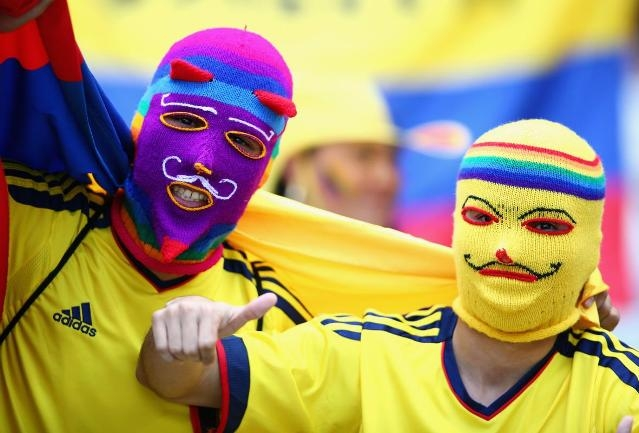 Fan Colombia đội mũ len che kín mặt để cổ vũ đội tuyển quốc gia trước giờ thi đấu với Hy Lạp ở bảng C tại sân Estadio Mineirao.