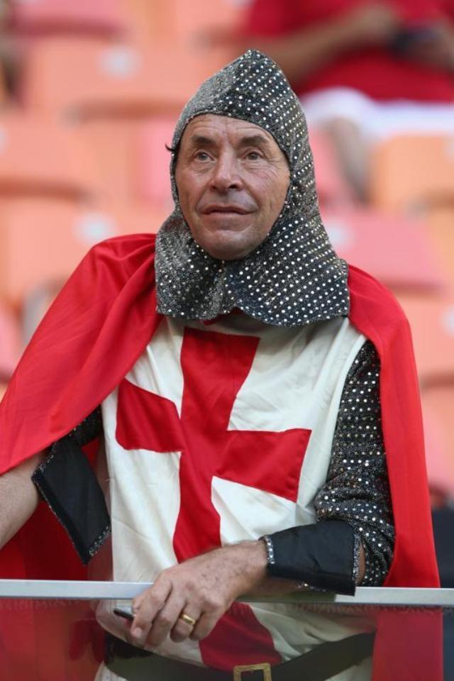 Trang phục của cổ động viên lớn tuổi người Anh trong trận Tam Sư gặp Italia ở sân vận động Arena Amazonia.