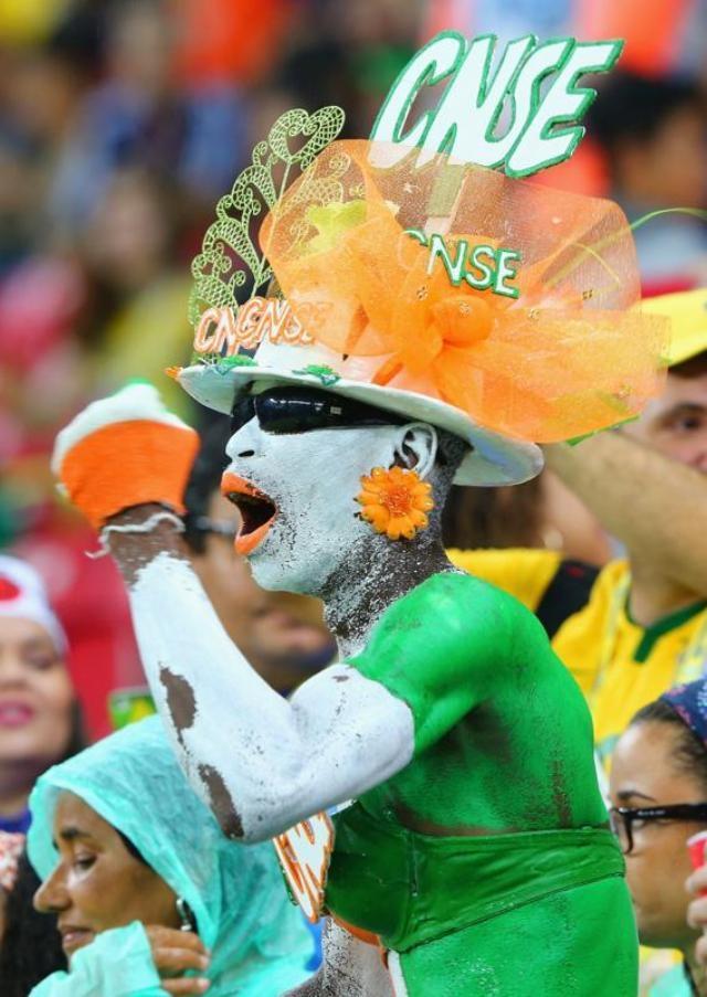 Cổ động viên Bờ Biển Ngà cháy hết mình ở Arena Pernambuco (Recife).